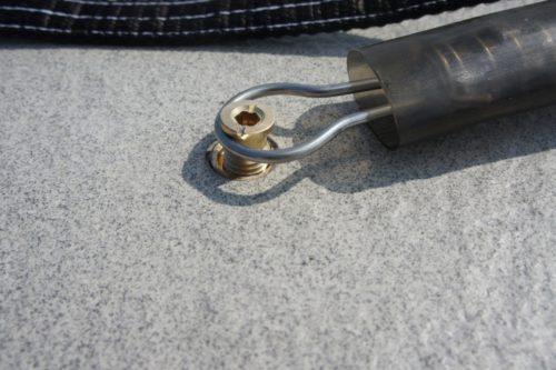 Покрытие для бассейна на улице крепится к основанию нержавеющей пружиной