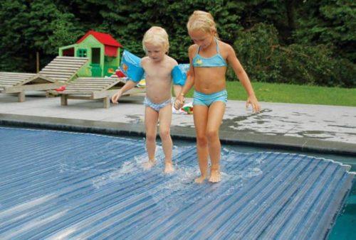 жалюзийное покрытие для бассейна легко выдерживает вес ребенка