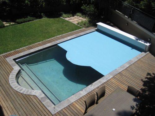 плавающее покрывало для бассейна можно установить даже на улице